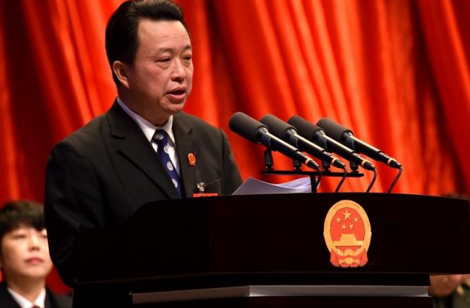 区法院院长李亮作报告